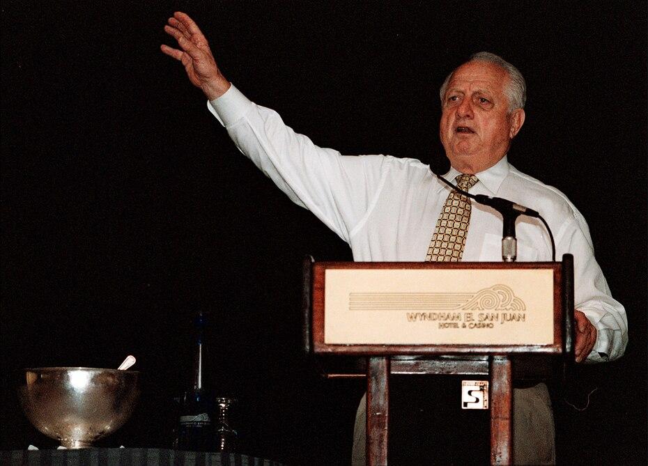 Tommy Lasorda durante una visita a Carolina, Puerto Rico, en 2001. En la pelota invernal de la isla, lanzó para los Indios de Mayagüez (1952-53, 1954-55), Cangrejeros de Santurce (1953-54), Criollos de Caguas (1956-57) y Leones de Ponce (1959-60).