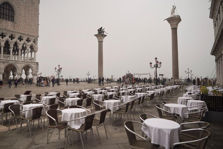 Mesas vacías en la Plaza de San Marcos, en Venecia, Italia, el martes 25 de febrero de 2020. El número de enfermos por el nuevo coronavirus en Italia dio un salto del 45% en las últimas 24 horas.