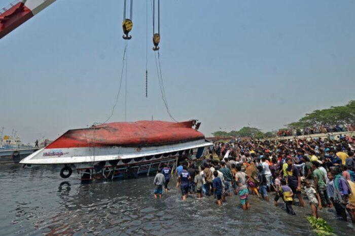 Tragedia en Bangladesh: decenas mueren al hundirse un barco lleno de gente