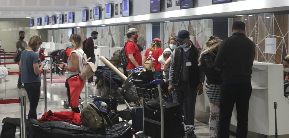 Un ferri y un avión repatrian a mil españoles desde Marruecos