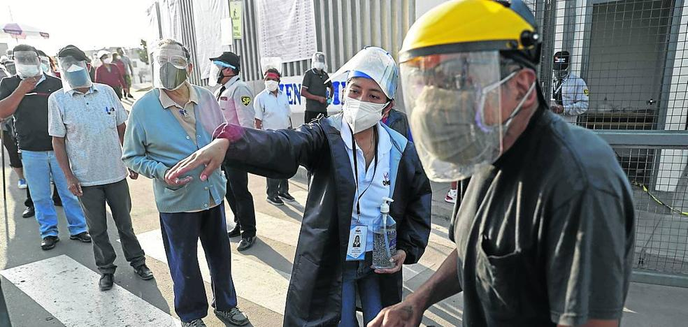 Ecuador vive unas ágiles elecciones frente al desanimo de los peruanos
